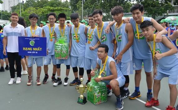 第三郡 Marie Curie 學校隊奪得高中男子組冠軍。