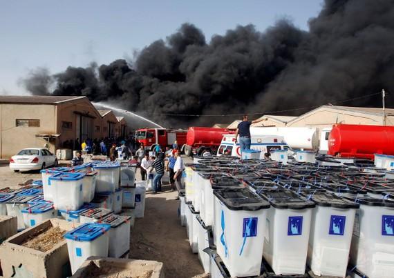 在伊拉克首都巴格達,失火倉庫冒出滾滾濃煙。(圖源:路透社)