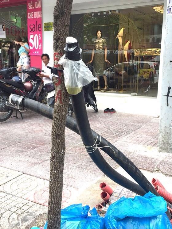 清官縣夫人街上有很多未完工的地下電纜露出地面多時。