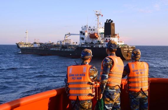 """第二區海警司令部人贓並獲正在拋錨的""""Pacific Ocean號""""船,通過船舷為一艘無名稱、無編號和沒有懸掛國旗的鐵殼船接駁柴油。(圖源:CSB)"""