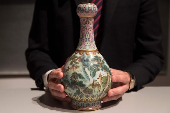 蘇富比指出,這個花瓶保存完好,極其罕見,是乾隆皇帝(1735-1796)官窯裡最優秀的工匠的作品。(圖源:互聯網)
