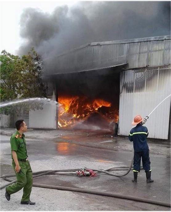 消防隊聞訊後趕抵現場奮勇滅火。(圖源:越南快訊)