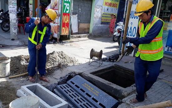 施工人員在敷設除臭沙井。