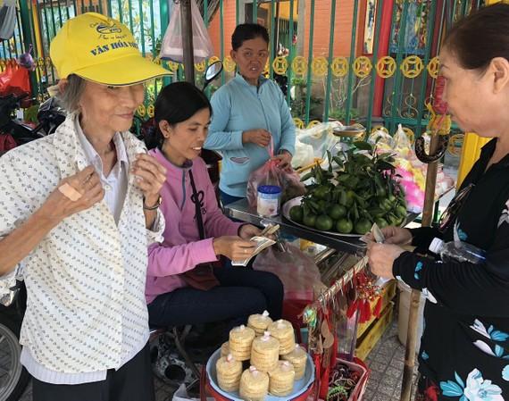 蓮姑(左一)昨日剛掛出十多個香囊一下子便售罄。