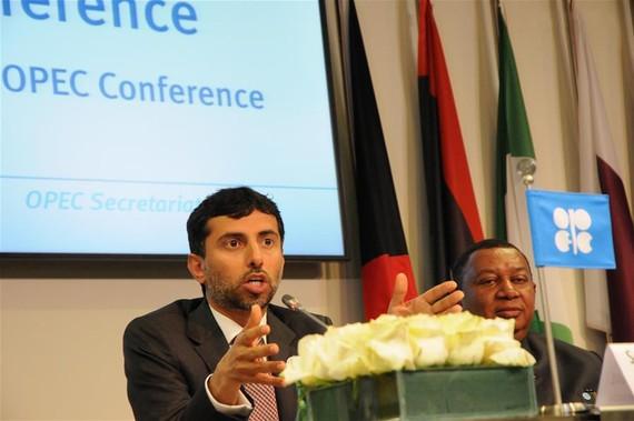 當地時間22日在維也納,石油輸出國組織(歐佩克)輪值主席、阿聯酋能源部長馬茲魯伊(左)和歐佩克秘書長巴爾金多出席新聞發佈會。(圖源:新華網)