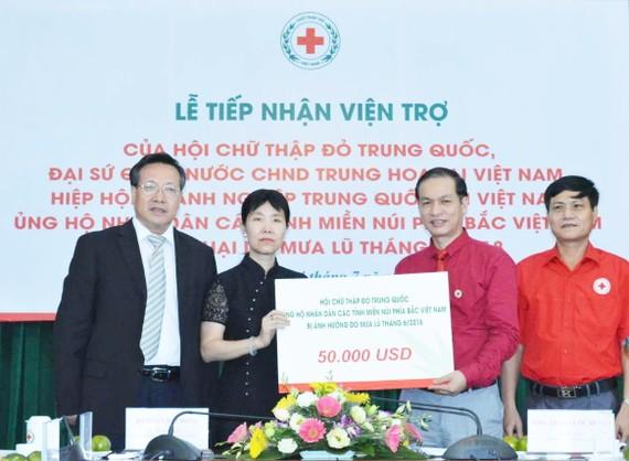 中國紅十字會向越南北部山區受洪災襲擊的省份捐贈5萬美金。