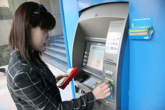 市民在櫃員機提款。