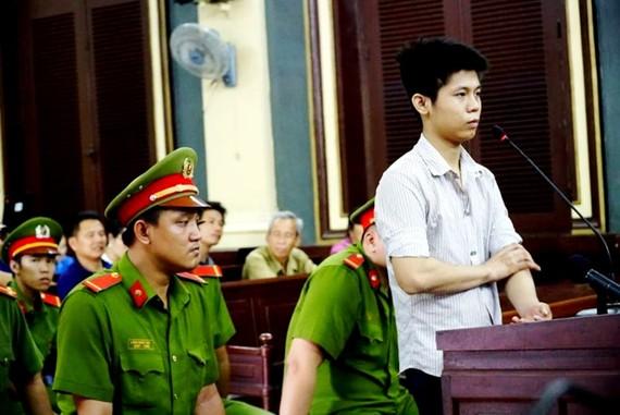 被告阮有情站在被告席上答法官問案。(圖源:洪福)