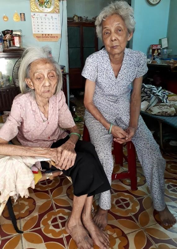 蔡桂月和老母親。