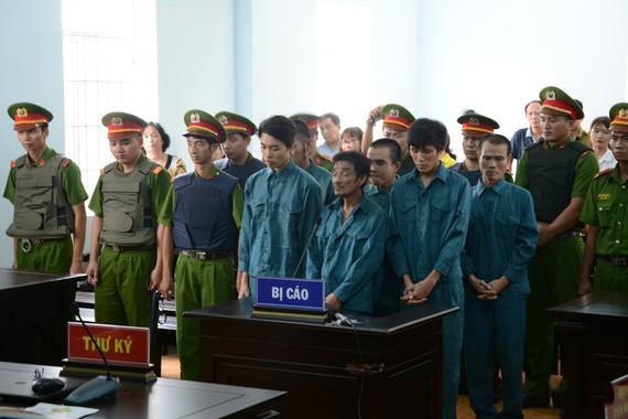 涉案的7名被告人站立著聽審判長宣讀判決書。(圖源:德仲)