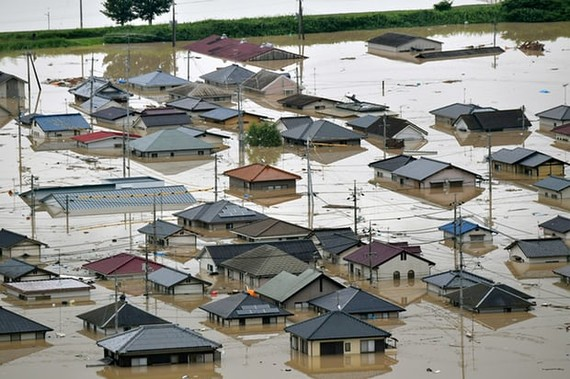 日本民房被洪水淹沒。