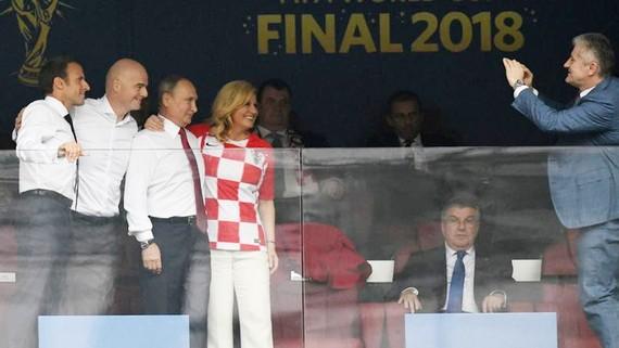 俄羅斯、法國與克羅地亞三國總統與國足聯主席在看台上合影。