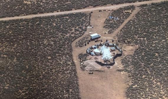 日前,美國新墨西哥州警方在協助搜尋佐治亞州一名3歲幼童的行動中,於偏遠沙漠區救出了11名1至15歲的兒童。(圖源:AP)