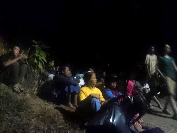 印尼強烈地震尚無越南公民傷亡。圖為印尼龍目島的居民在地震後疏散到較高的地方等待。(圖源:AP)