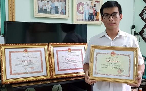 陳建明一連獲得3張獎狀。
