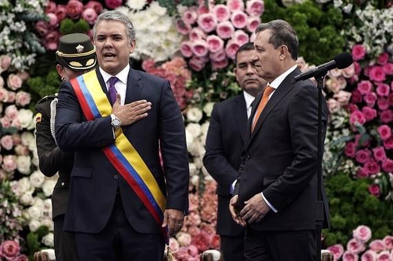 哥倫比亞新任總統杜克(前左)當地時間7日在首都波哥大市中心玻利瓦爾廣場宣誓就職,正式開始為期四年的總統任期。(圖源:新華網)