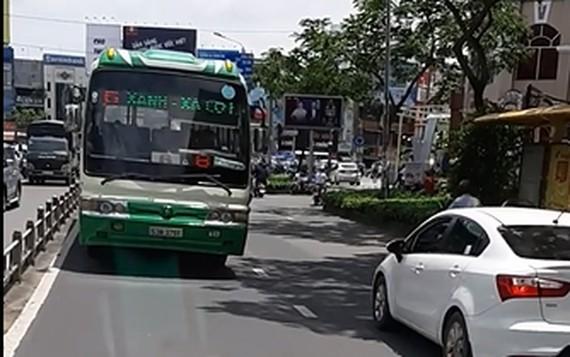 一輛大型巴士逆向並迎面駛至卡車。(圖源:行車記錄視頻截圖)