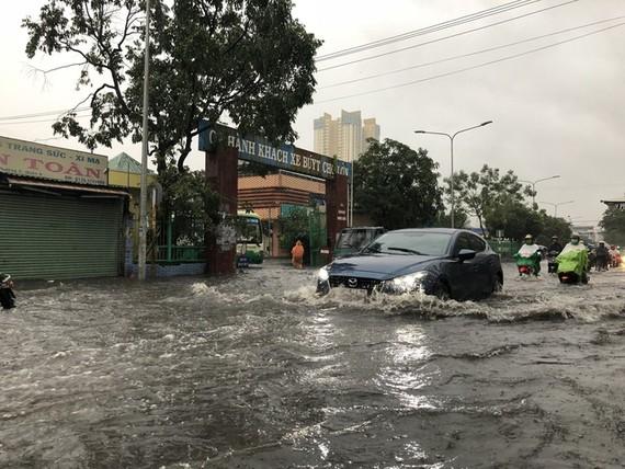 堤岸巴士車站前嚴重受淹。(圖源:廷草)