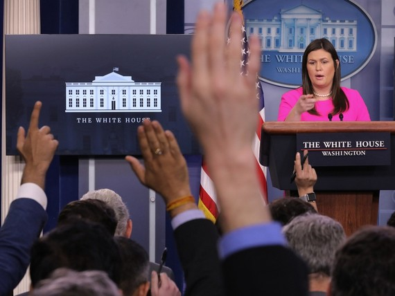 美國白宮發言人桑德斯在新聞發佈會上發言。(圖源:VCG)