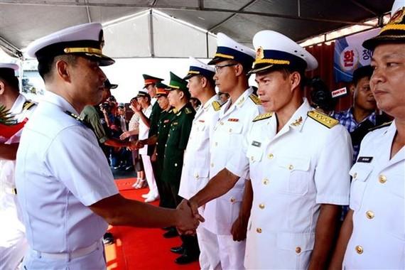 """韓國海軍""""文武大王號""""驅逐艦抵達峴港市仙沙港,開始對峴港市正式友好訪問。(圖源:越通社)"""