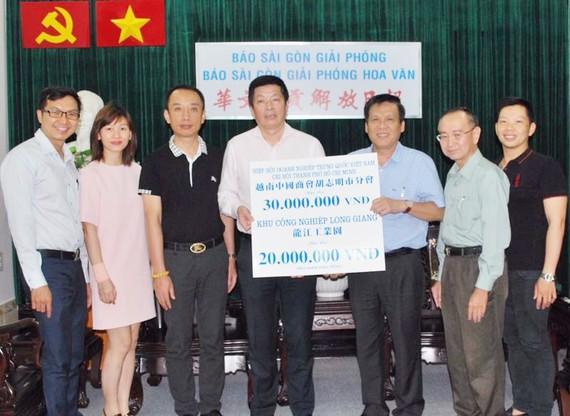 中國商會胡志明市分會贊助3000萬元與龍江工業園贊助2000萬元給本報的贈報活動。
