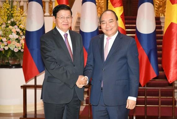 政府總理阮春福(右)接見老撾總理通倫‧西蘇里。(圖源:光孝)