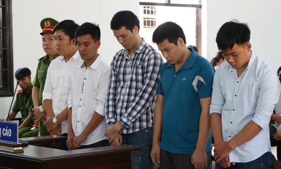 出庭受審的5名被告人。(圖源:唯關)