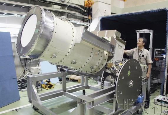 """日本開發的""""原始引力波""""國際項目""""北極熊計劃""""望遠鏡的新型傳感器。(圖源:共同社)"""