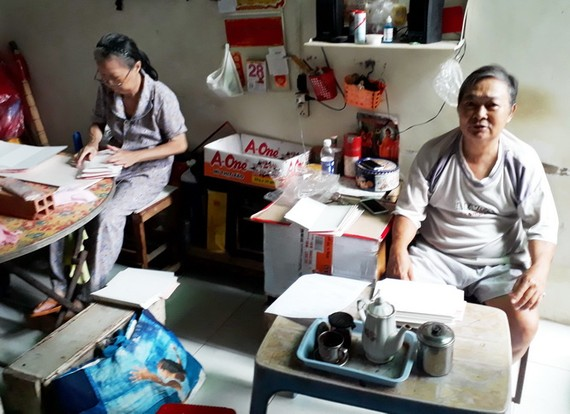 盧妹兩夫婦替人加工請柬掙錢過活。