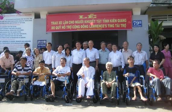 殘疾人士獲捐贈「愛心輪椅」。