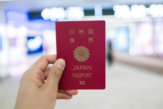 """日本護照可免簽證自由通行190個國家及地區,以一國之差超越了新加坡排在榜首,成為""""全球最強護照""""。(圖源:互聯網)"""