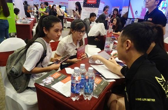 逾1500名大專院校學生參加,並瞭解招聘資訊及求職。(圖源:秋莊)