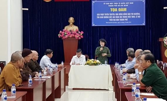 市越南祖國陣線委員會主席蘇氏碧珠與各寺廟、華人會館代表出席座談會。