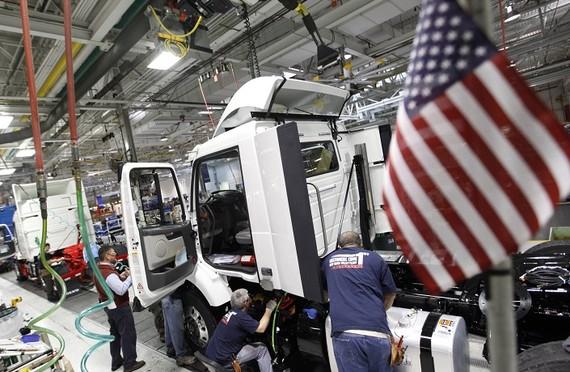 美國商務部當地時間26日公佈的首次預估數據顯示,今年第三季度美國實際國內生產總值(GDP)按年率計算增長3.5%,低於第二季度的4.2%,但略高於市場平均預期的3.4%。(示意圖源:互聯網)