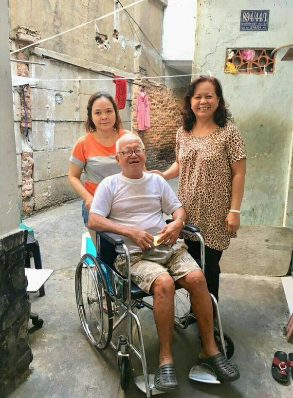 第五郡第五坊第五街區婦女會昨(29)日前往看望華人黃文四大伯並贈送謀生工具。