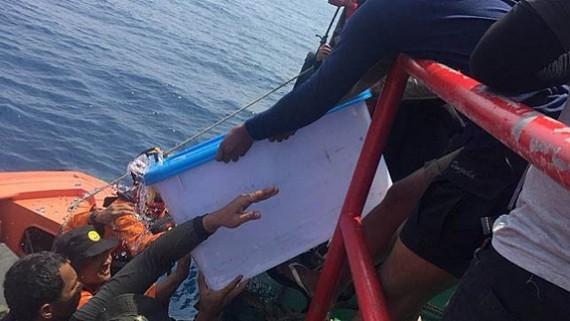 搜救人員成功在深約30米的海底打撈起第一個黑匣子。(圖源:Dok.istimewa)