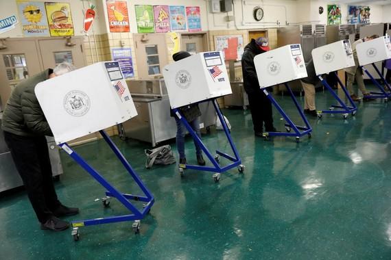 美國中期選舉6日拉開帷幕,選民正在投票。(圖源:路透社)