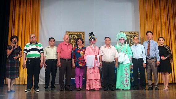 貴賓及顧問會祝賀團員演出成功。