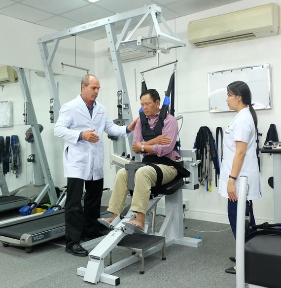 腦卒中後病人接受ACC康復治療。