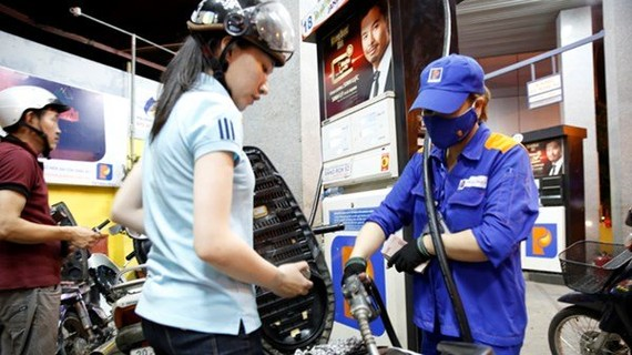 E5 RON 92汽油零售價每公升調降973元;RON 95-III汽油調降1093元。(示意圖源:互聯網)