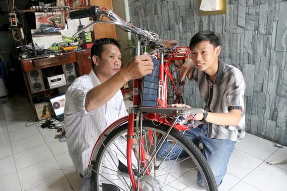 國家級比賽前,國輝再次檢查自己改裝的自行車。