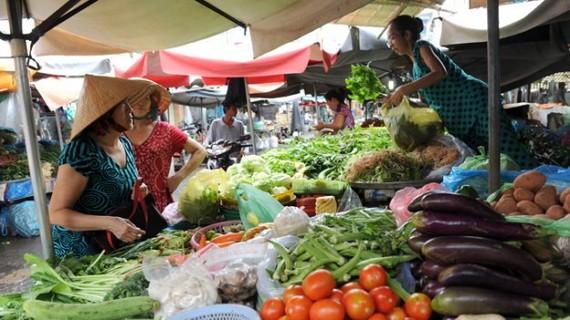 消費者在市場上選購生鮮食品。(圖源:朱江)