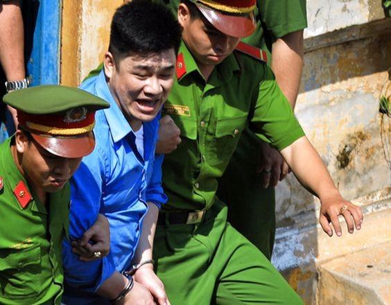 法院判刑後,法警把阮晉才押出法庭送往監獄服刑。(圖源:友科)