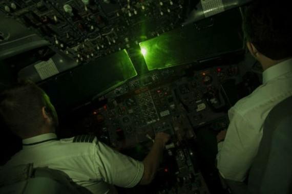 雷射燈照射到駕駛艙玻璃形成光暈,會導致飛行員視力受到影響,無法正常觀察外部環境與艙內儀錶。(示意圖源:互聯網)