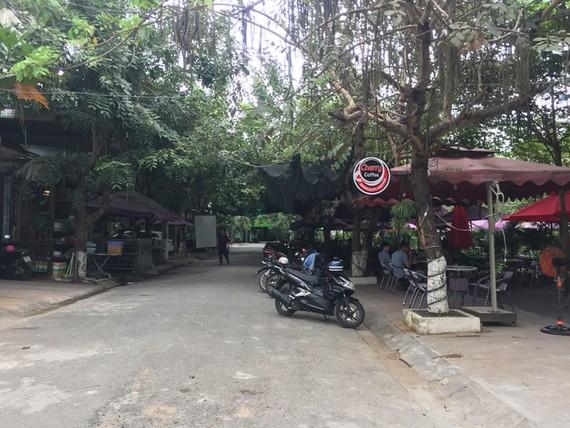 各家咖啡館不僅霸佔綠樹公園場地,而且佔用道路當做存車場。