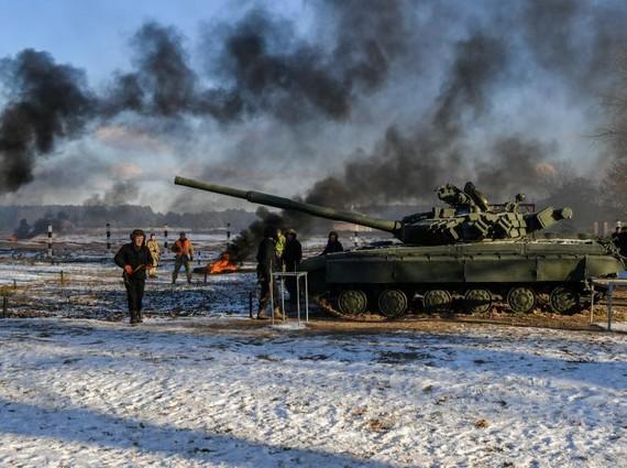 烏克蘭軍隊在俄烏邊境進行軍演,波羅申科現場觀摩。(圖源:路透社)