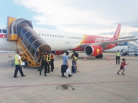 降落內牌國際機場後,機長決定將兩名擾亂秩序乘客逐出機外,並移交給機場職能機關處理。(示意圖源:互聯網)
