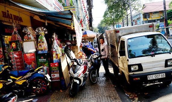 店舖霸佔全部第五郡阮知方街人行道。