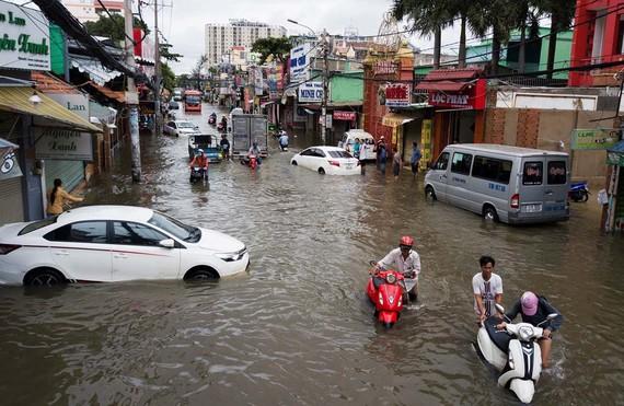11月25日受颱風影響的傾盤大雨至翌日在街道上仍停著不少熄火的車輛。(圖源:Zing)