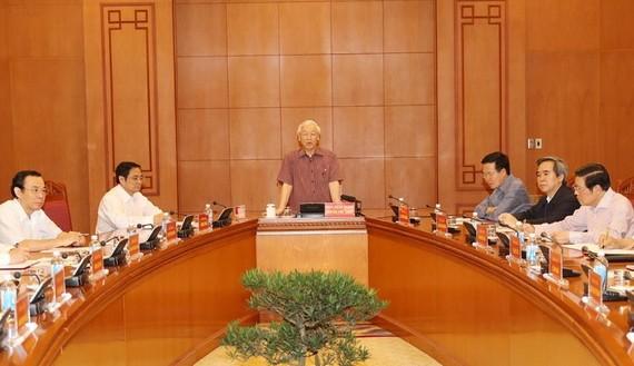 阮富仲總書記主持第十三屆黨大會文件小組常務處的首次會議。(圖源:越通社)